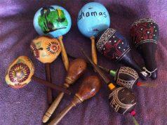 Introducción a la música para niños pequeños con unas maracas