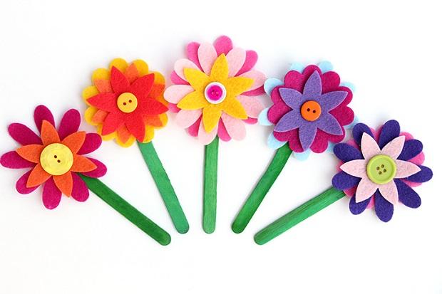 Paso 3 - Pegar las flores en el palito