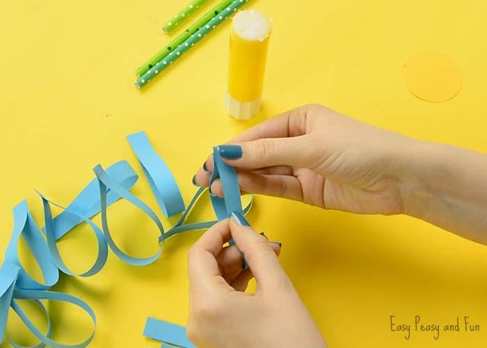 Paso 3 - Pegar los extremos de las tiras de papel